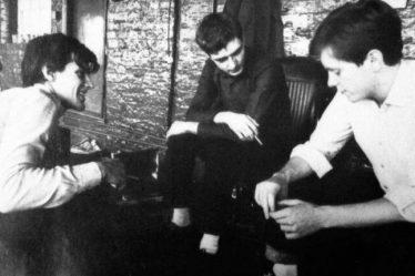 O Peter Hook μιλά για τις «ενοχές» του 40 χρόνια μετά την αυτοκτονία του Ian Curtis – Newsbeast